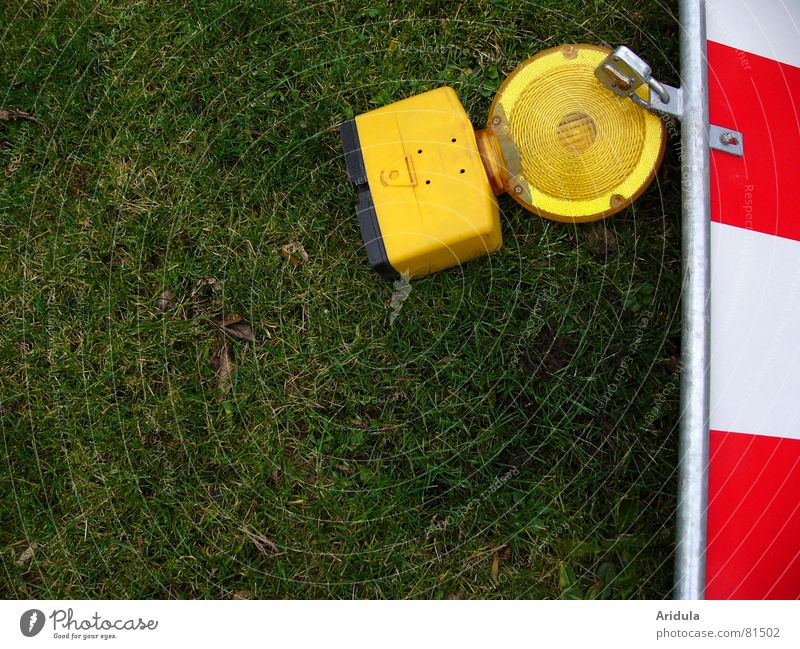 Green Red Yellow Lamp Meadow Safety Lawn Construction site Traffic infrastructure Barrier Warning label Street sign Warning sign