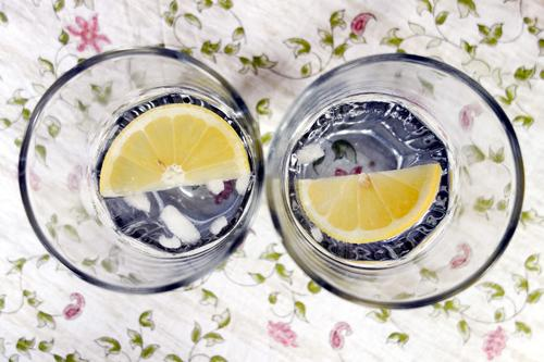 fifty-fifty Slice of lemon Lemon Nutrition Beverage Cold drink Drinking water Alcoholic drinks Longdrink Cocktail Gin tonic Ice cube Glass Vacation & Travel