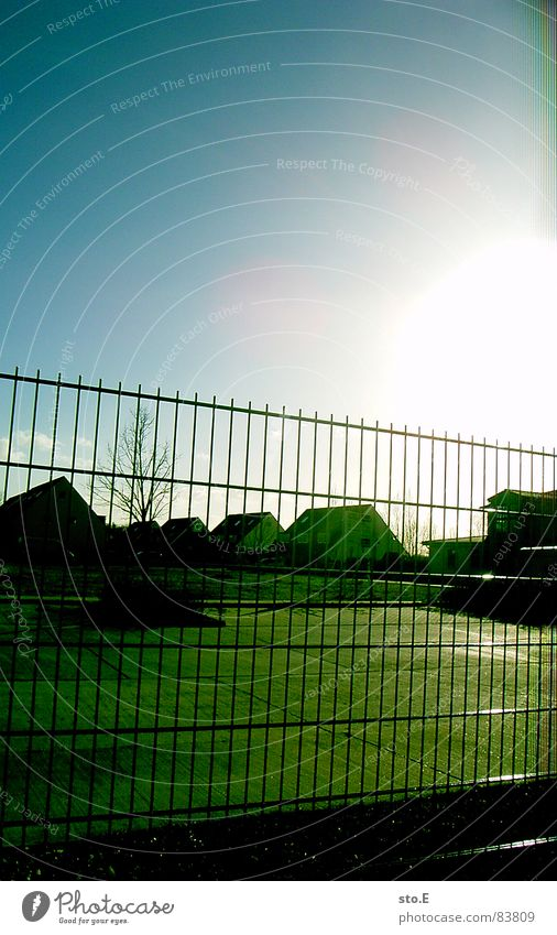 Sun Bright Safety Blue sky Cloudless sky Flashy Exclusion Settlement Residential area Garden fence Luminosity Wire fence Image format Protective Grating