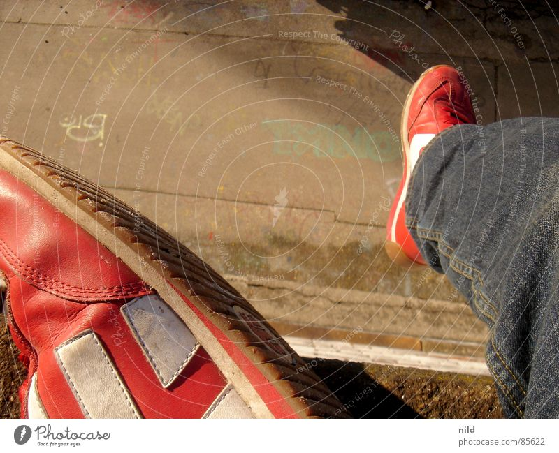 dangle your feet Etnies Footwear Silhouette Asphalt Bird's-eye view Graffiti Droop Hover Traffic infrastructure Mural painting Munich Jeans dangle one's feet