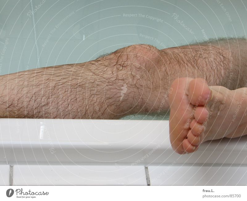 leg Bathtub Toes Dried up Man Apes Remote Physics Damp Wet Knee Relaxation Unshaven Leisure and hobbies Human being Joy Swimming & Bathing Legs Water Feet