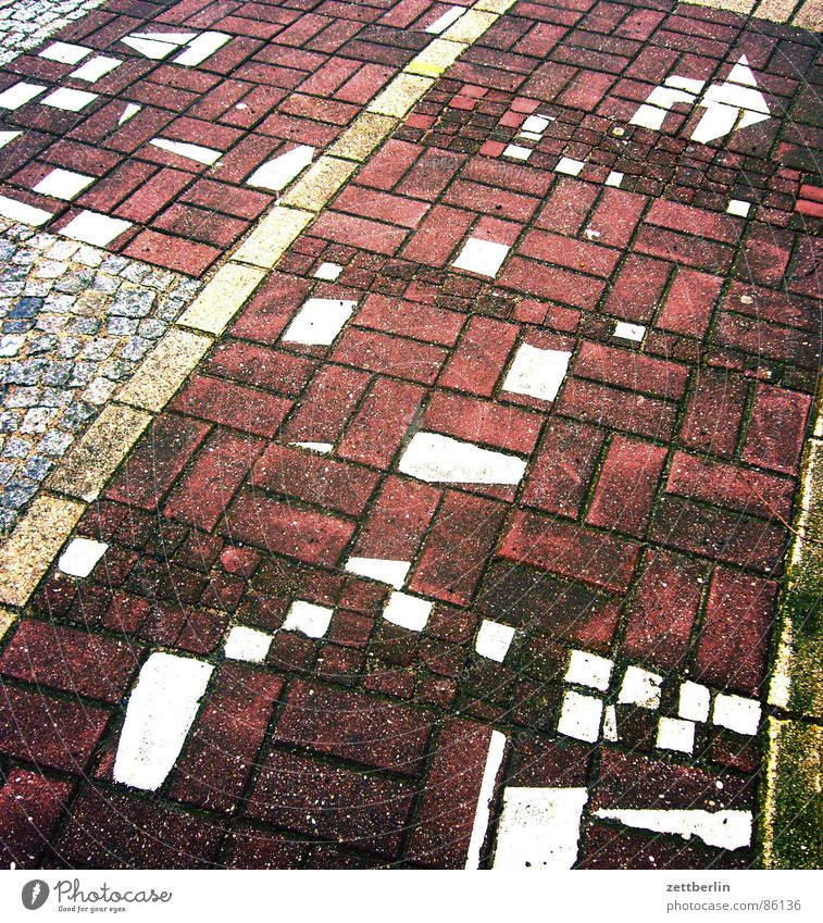 Footpath Arrow Sidewalk Chaos Muddled Puzzle Paving stone Offset Ground markings