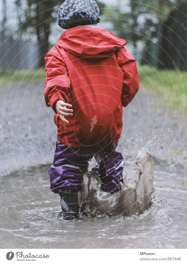 may be a child Human being Child Sister Infancy Hand 1 3 - 8 years Movement Playing Puddle Swimming & Bathing Red Regen County Bad weather Rain suit Inject