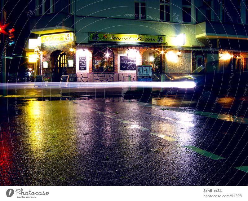City House (Residential Structure) Street Car Facade Floor covering Asphalt Gastronomy Traffic infrastructure Restaurant Night Traffic light Floodlight