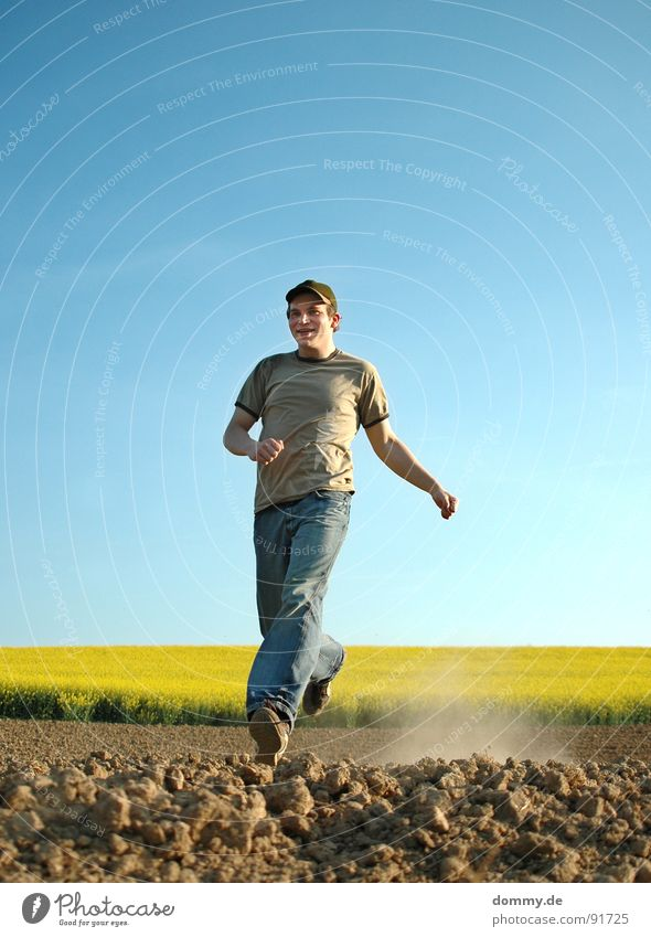 *dustrun Canola Recitative Field Summer Spring Growth Overgrown Dust Dry Rock Escape Man Fellow Baseball cap Footwear T-shirt Yellow Brilliant Sneakers Attempt