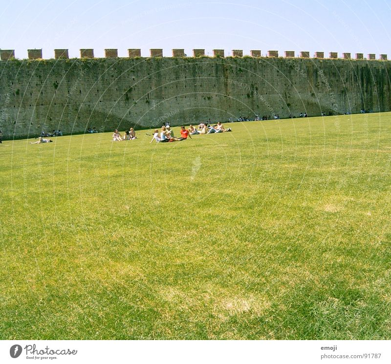 parlare italiano Meadow Green Human being Relaxation Beautiful weather Places Far-off places Italy Wall (building) Wall (barrier) Traffic infrastructure human