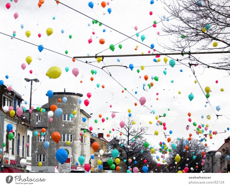 balloons (flying, upwards, hui) Hover House (Residential Structure) Wall (building) balon Colour colors Flying Upward buzz off Going Sky Street Seekwhencer