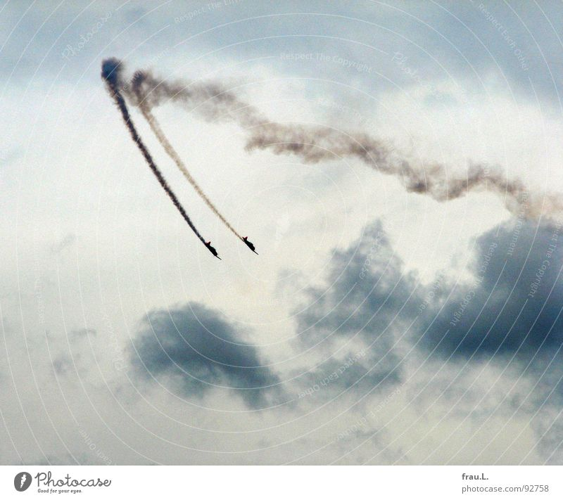 Sky Clouds Playing Work and employment Airplane Aviation Shows Event Smoke Brave Curve Environmental pollution Reckless Synchronous Nosedive Two-seater