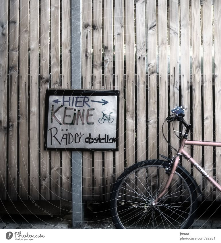 Bicycle Signs and labeling Arrangement Communicate Anger Wheel Signage Fence Parking Bans Against Aggravation Bicycle frame Rod Lean Spokes