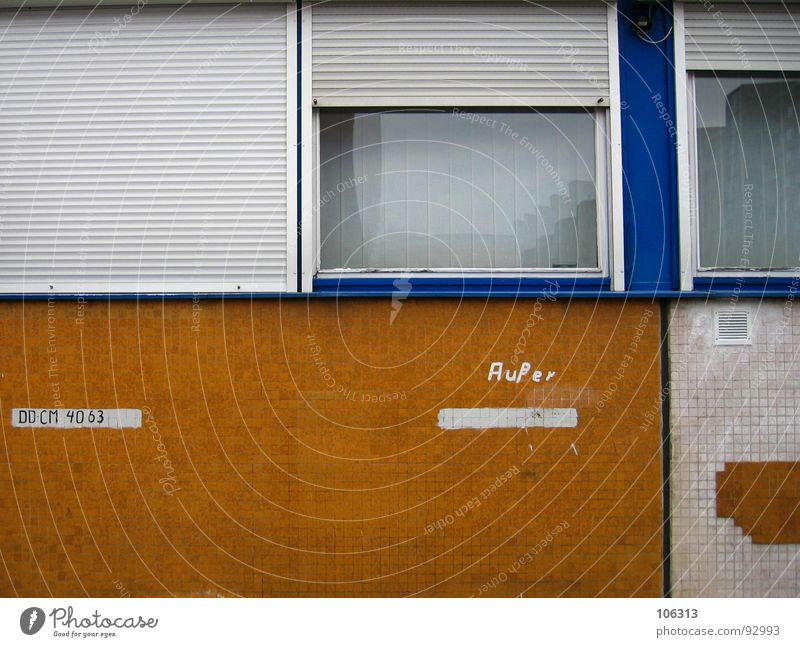 AUßER´s PARKPLATZ Parking lot Wall (building) Zone Derelict Trash Window Roller blind Roller shutter Mosaic Vent slot Shaft Reserved Yellow White Typography