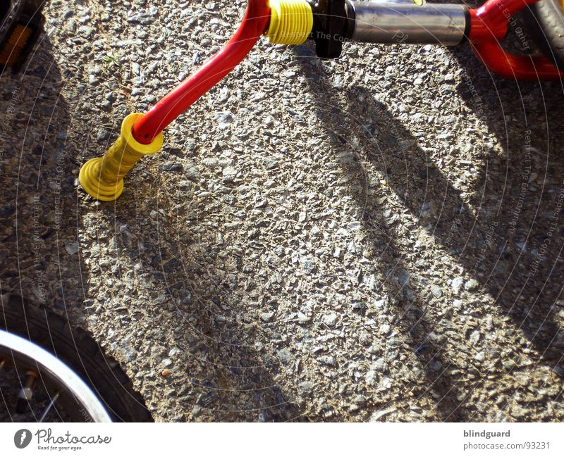 Accident in the schoolyard Bicycle Tricycle Concrete Door handle Summer Red Yellow Leisure and hobbies Transport bycicle Bicycle handlebars Spokes bemse Sun