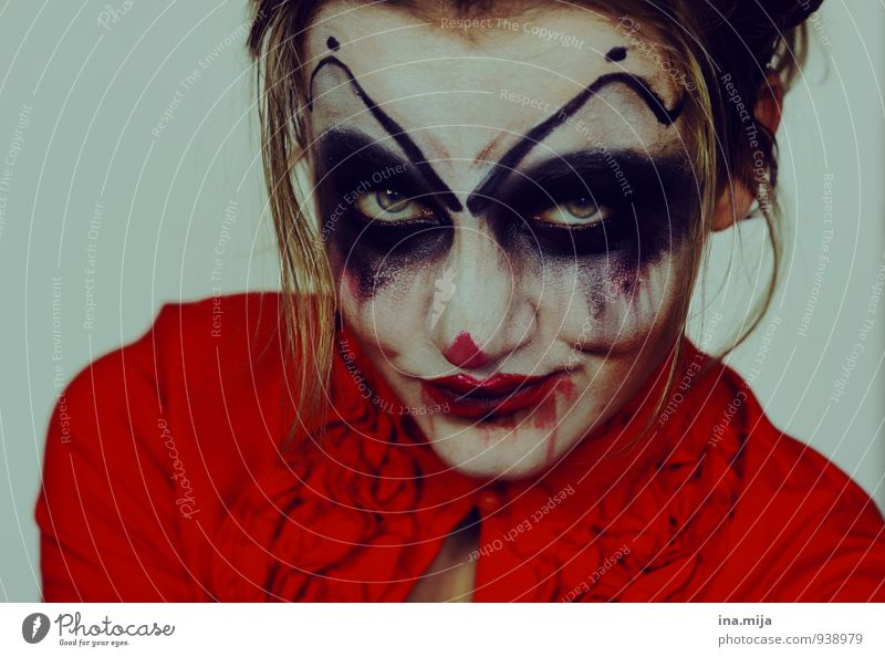female horror clown Feasts & Celebrations Carnival Hallowe'en Feminine Young woman Youth (Young adults) 1 Human being 18 - 30 years Adults Threat Dark Disgust