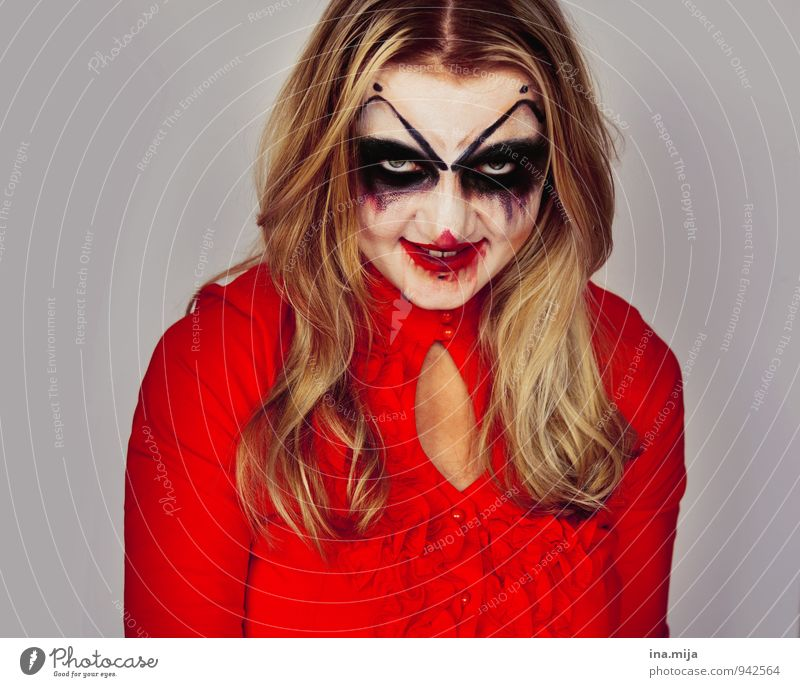 young blonde woman made up as creepy clown Feasts & Celebrations Hallowe'en Human being Feminine Face 1 Blonde Long-haired Aggression Hideous Rebellious Anger