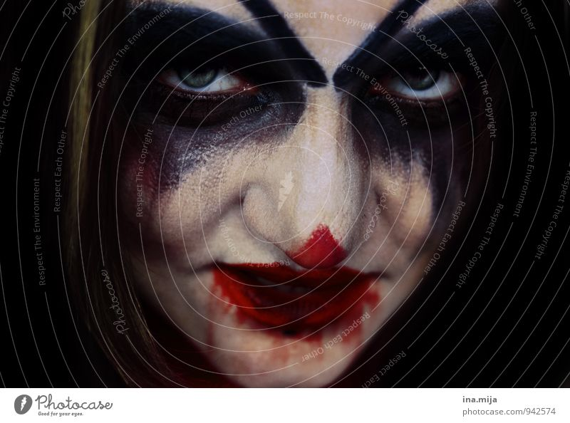Woman made up as horror clown Feasts & Celebrations Carnival Hallowe'en Human being Feminine Androgynous Face 1 Aggression Threat Creepy Red Black White