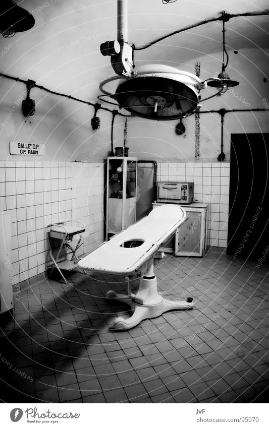 [OP][OK] Hospital Dark Lamp Health care Medical practice Derelict Empty Sterile Black & white photo Tile Old Dirty Operating room Operating table Deserted