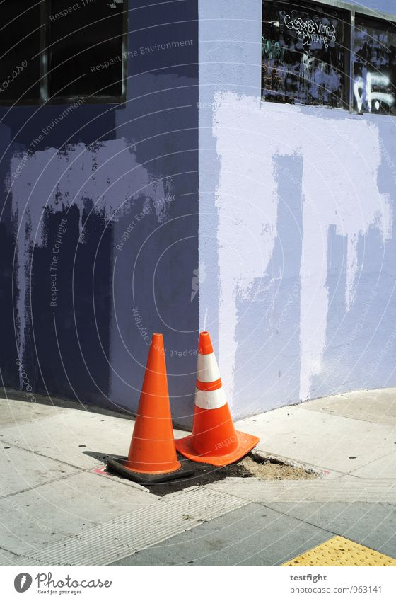 City House (Residential Structure) Wall (building) Wall (barrier) Facade Sidewalk Watchfulness Attentive