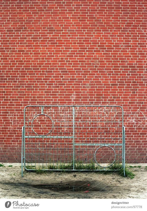 the round must be inserted into the round Grating Strike Complex Wall (barrier) Brick Red Puddle Ball sports Soccer Schoolyard goal wall