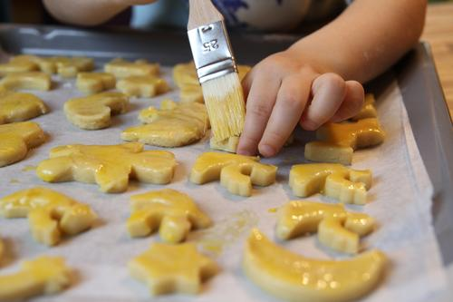 Human being Child Christmas & Advent Hand Yellow Food Infancy Nutrition Cooking & Baking Fingers Sweet To hold on Painting (action, work) Candy Angel Toddler