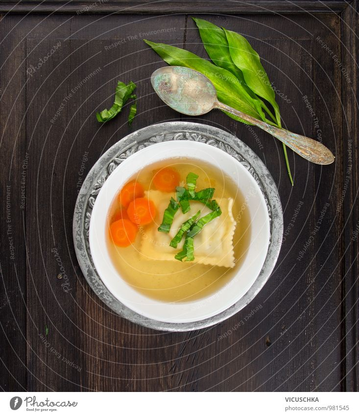 Clear soup with Maultaschen, carrots and bear's garlic Food Vegetable Dough Baked goods Soup Stew Herbs and spices Nutrition Lunch Crockery Plate Spoon Style
