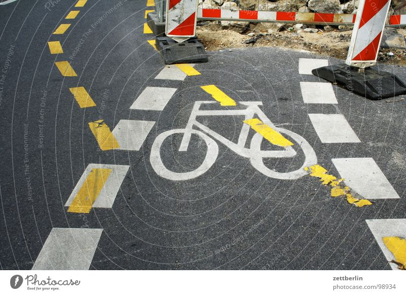 construction site Construction site Bicycle Traffic lane Dashed line Detour Diversion Public transit Accident Risk of accident Watchfulness Road traffic