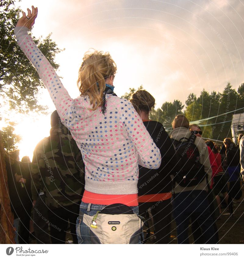 Woman Sky Red Sun Joy India Party Music Moody Dance Blonde Arm Point Jeans Human being Concert