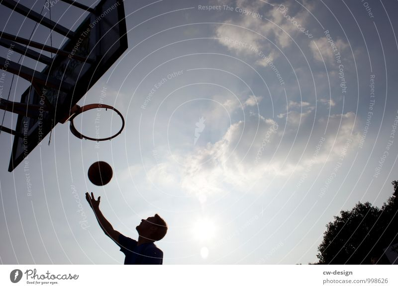 The round must go into the round Basketball Basketball basket Basketball arena Basketball player Human being Masculine Young man Youth (Young adults) Man Adults