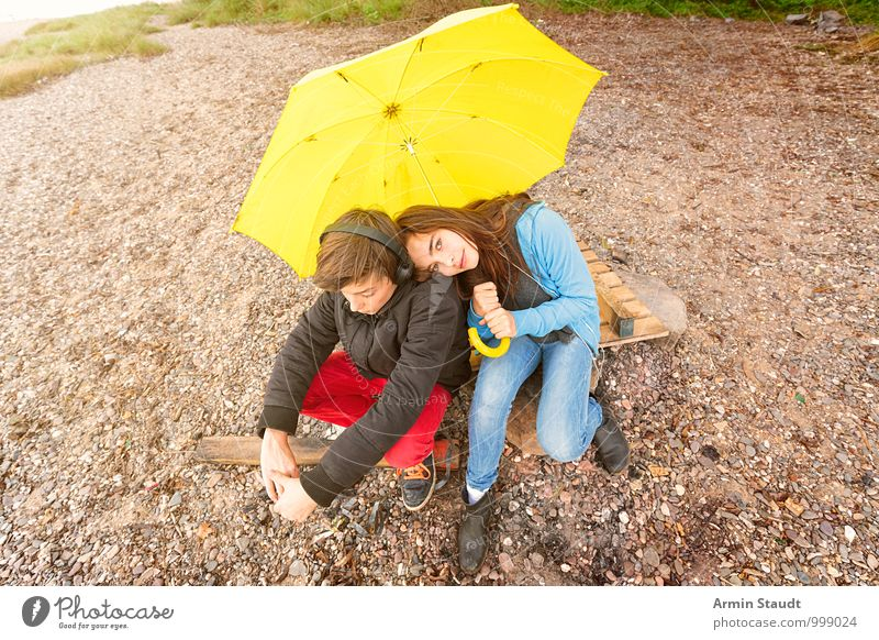 Pair under umbrella Lifestyle Relaxation Trip Human being Masculine Feminine Brothers and sisters Couple Youth (Young adults) 2 13 - 18 years Child Environment